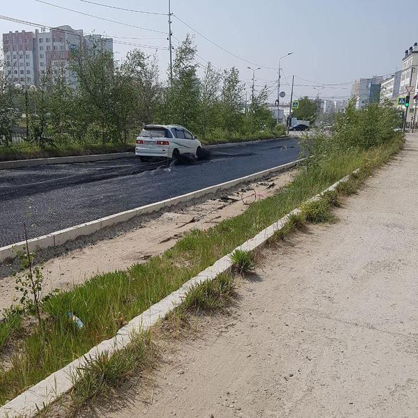 ВЛИП !   Фотофакт: Т-Ипсум заехала на ещё не остывший асфальт в Якутске