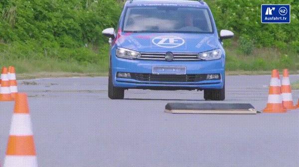 Эта машина едет так будто её двигают в фотошопе