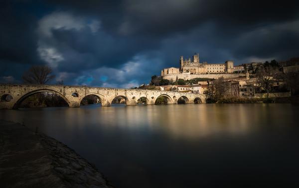 Безье, Старый мост на реке Орб, Франция.