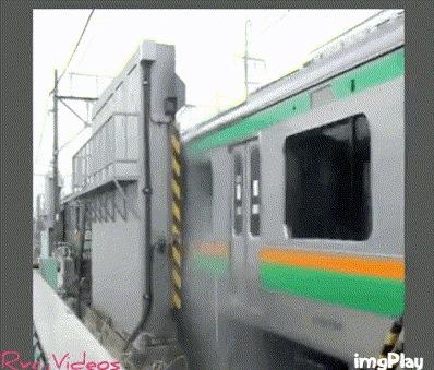 Две принципиально разные технологии мойки поездов