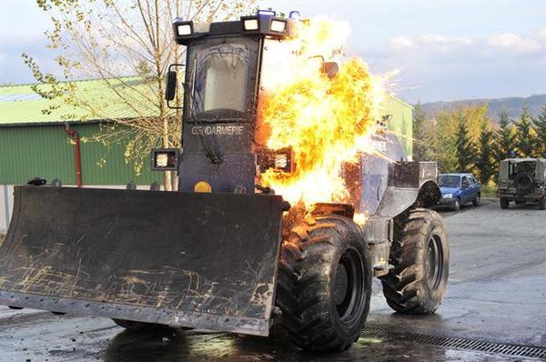 Скоростной угнетатель мирных протестувальников Франция, Бронетехника, бульдозер, митинг, протест, Беспорядки, полиция, жандармы