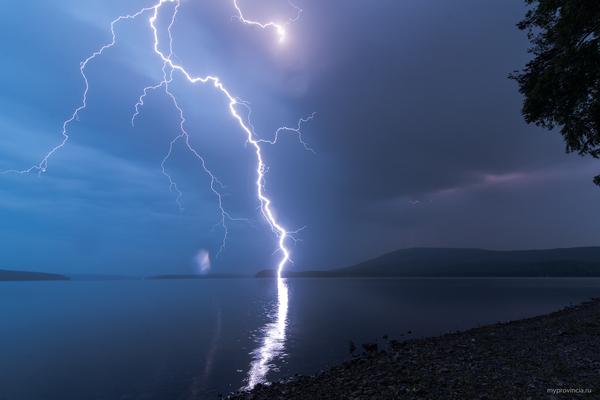 Поймал молнию Урал, Молния, гроза, Озеро, уральские горы, Качканар