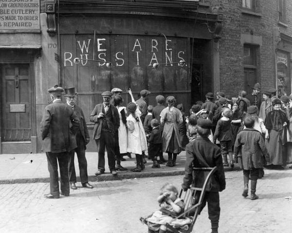 Надпись мелом «Мы русские» на магазине, Лондон, 1915 год. фотография, надпись на стене, Лондон, 1915