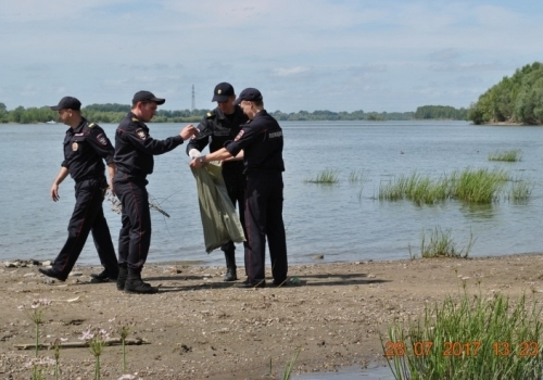 Омские полицейские помогли убрать мусор у Иртыша омск, полиция, мусор, Спасибо
