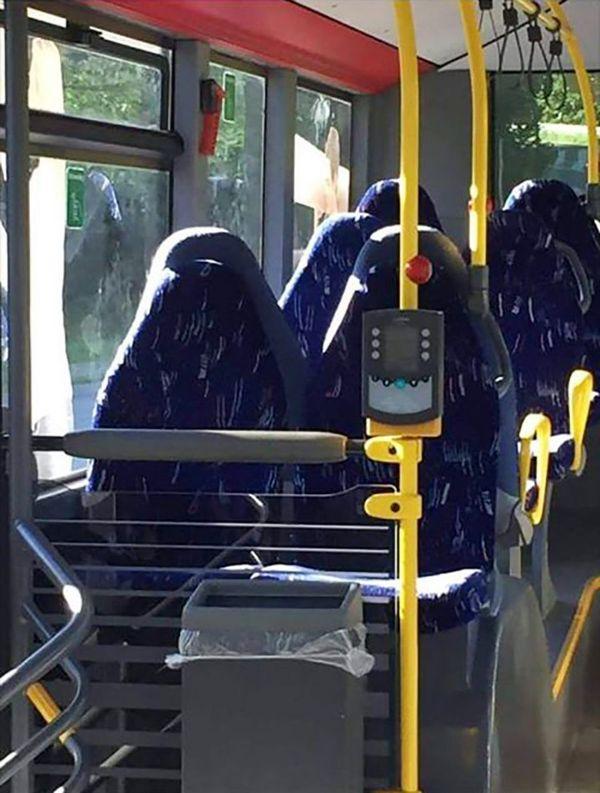 Видео когда мужчина лезет женщине под юбку в общественном транспорте
