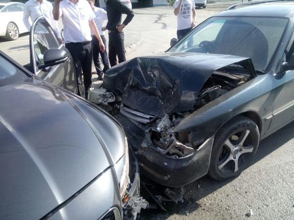 Перепутавшая педали девушка разбила «Ягуар» на выезде из автосалона ягуар, девушки, гранаты, новосибирск, длиннопост