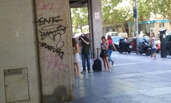 Гуляя по Мадриду ,увидел ,что снимают новости,наверное, смогу себя в телике увидеть )))(за качество извиняйте,снимал на мобильник:)) новости, опрос, Испания, мадрид