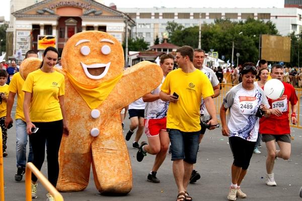 В омском марафоне участвовал человек-печенька Омск, Кукла, марафон