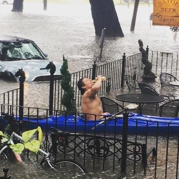 В Новом Орлеане случилось сильное наводнение. Но некоторые бары ещё работают. фотография, наводнение, вода, пиво