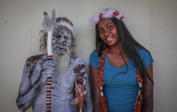 Этот гордый старший абориген преодолел 1864 миль, чтобы присутствовать на выпускном своей внучки. Reddit, Аборигены