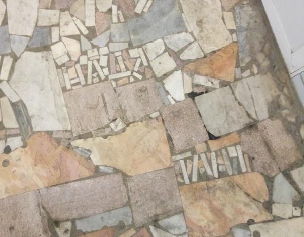 В догонку к постам о наскальной живописи времён СССР плитка, ст м Барабашова, Харьков, имена