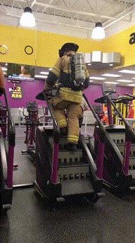 Полностью одетый со всем своим оборудованием, этот пожарный поднялся на 110 этаж в память о 11 сентября 2001 года