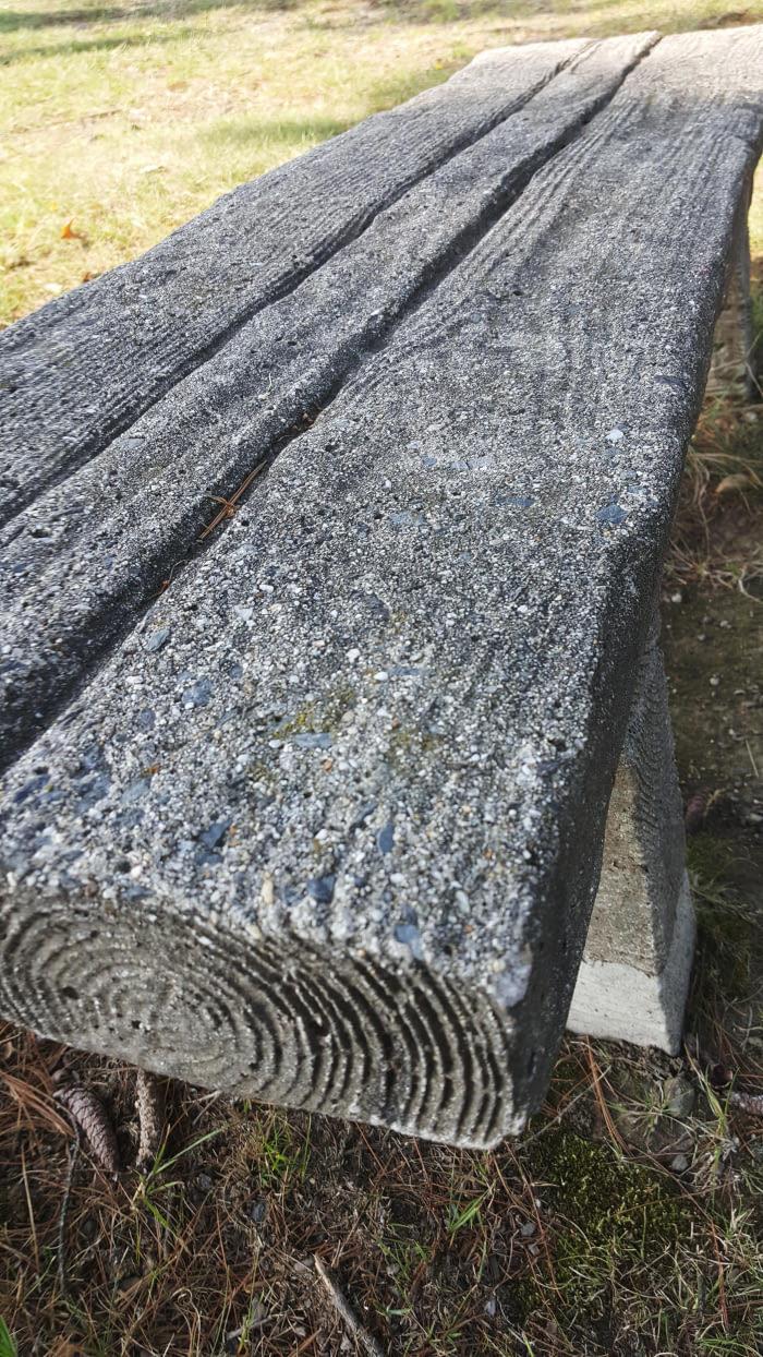 Эта каменная скамейка выглядит как деревянная