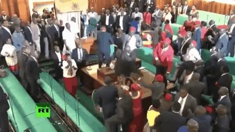 Тем временем, в парламенте Уганды танцы, драки и веселье)