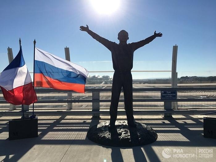 Во Франции открыли памятник Юрию Гагарину на Гагаринском мосту Гагарин, Мост, Франция, Памятник, Поехали, Длиннопост