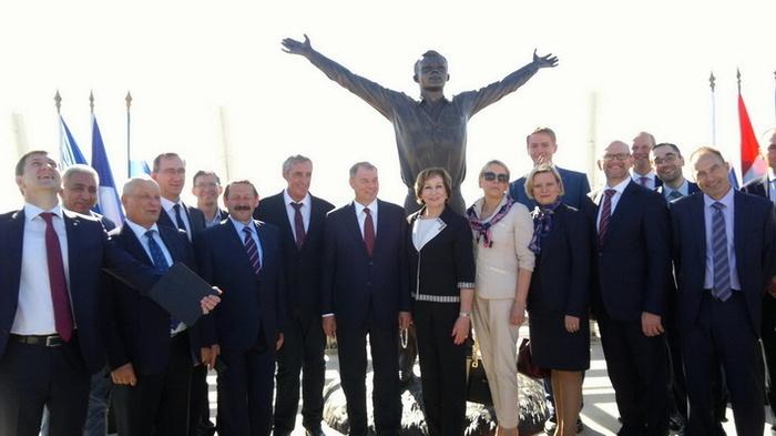 Во Франции открыли памятник Юрию Гагарину на Гагаринском мосту Гагарин, Мост, Франция, Памятник, Поехали!, длиннопост