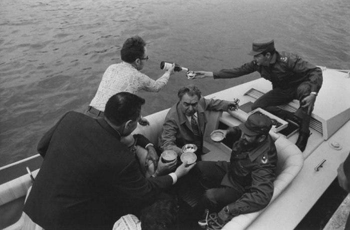 Брежнев и братья Кастро на катере.  Куба 1974 год.