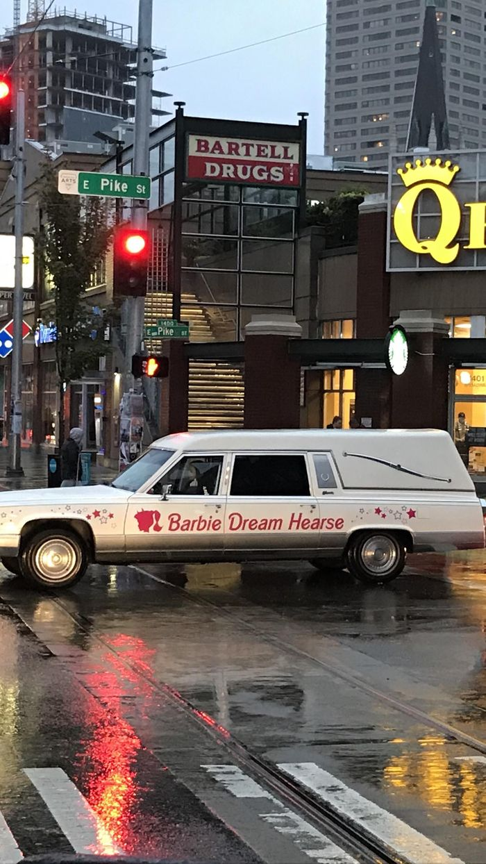 Странные мечты Катафалк, Машина, Барби, Шутник