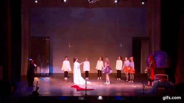 Когда устал во время спектакля и сильно захотел присесть Спектакль, Несчастный случай, Алиса в стране чудес, Гифка, Видео