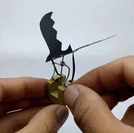 Простая скульптура из дерева, скрепки и бумаги.
