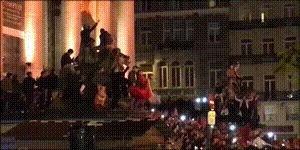 Фанаты сб.Марокко по футболу, которая пробилась на ЧМ, на радостях разнесли столицу...Бельгии. Футбол, Беспорядки, Марокко, Брюссель, Футбольные фанаты, Полиция, Гифка