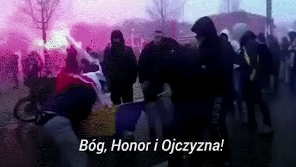 Что-то поляки стали часто устраивать подобные акции с украинским флагом.