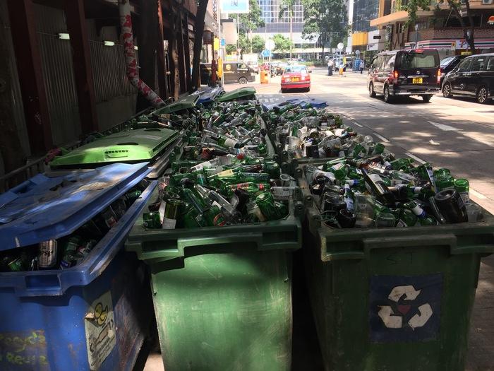 Мусорные контейнеры после веселой ночи в Гонконге Фотография, Мусор, Гонконг