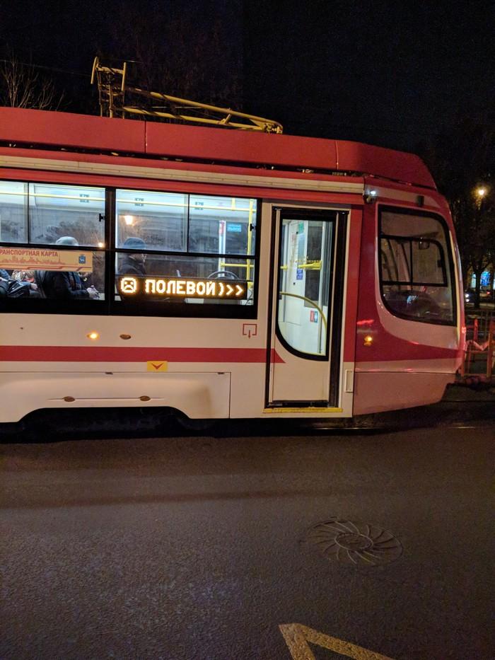 Трамвай сочувствуюет мне, что стою мёрзну ожидая свой номер.