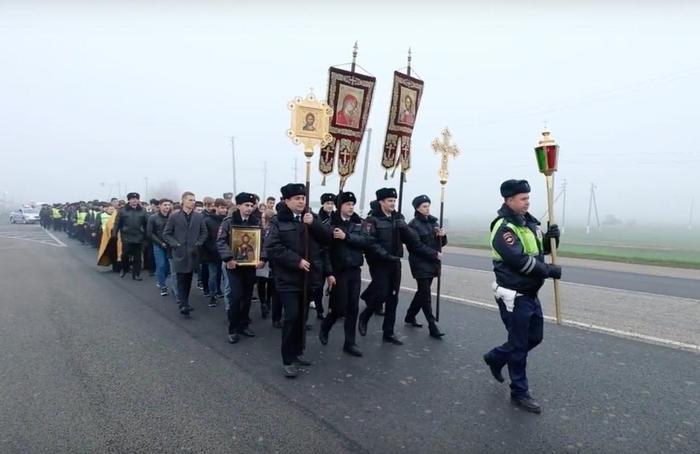 В Краснодарском крае сотрудники ГИБДД с крестами и иконами борются с ДТП Краснодарский край, Гибдд, Крестный ход