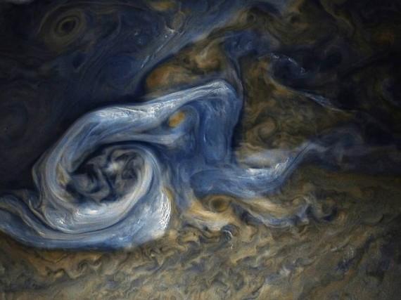 Зонд Juno прислал на Землю очередной снимок грандиозного урагана на Юпитере