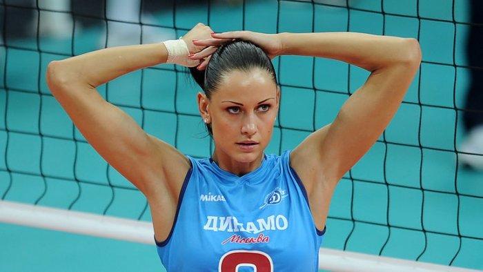Девушка волейболистка брюнетка