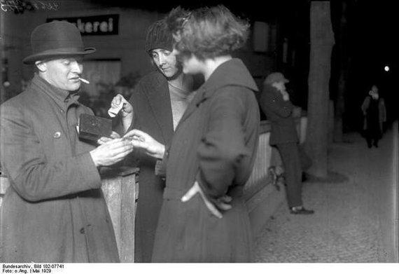 Женщины покупают кокаин у дилера. Берлин, 1929 год.