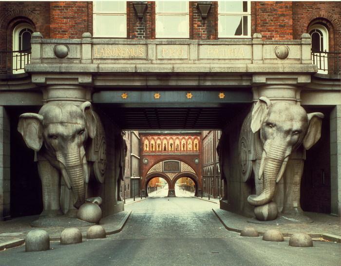 """Два слона - символ завода """"Карлсберг"""""""