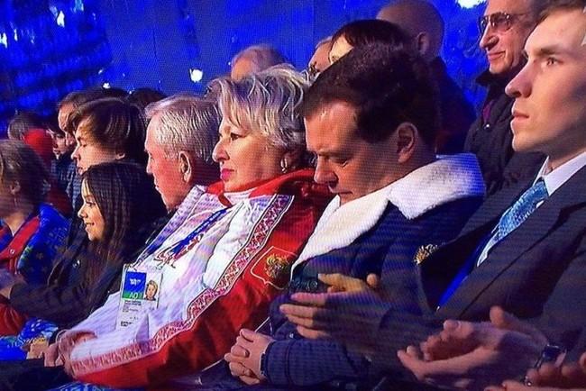 Медведев спит минет его час