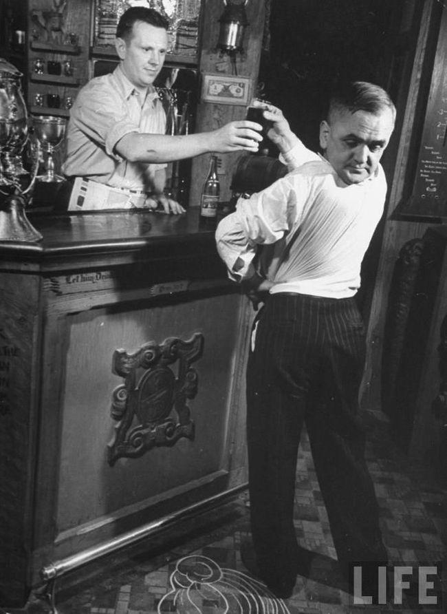 Лаурелло: человек, который умел крутить головой, 1938 год (Мартин Лорелло родился с возможностью поворачивать голову на 180 градусов.)