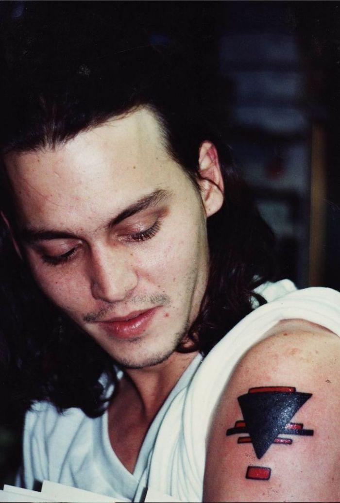 Супрематическая композиция Ильи Чашника на руке у Джонни Дэппа, 1990 год