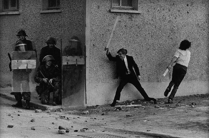 Ирландцы троллят британцев, Белфаст, 1971 год.