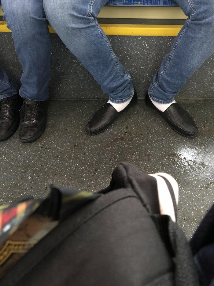 Парень снял носки