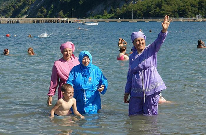 Женевские власти запретили мусульманкам в буркини посещать бассейны. Швейцария, Женева, Буркини, Ислам, Мусульмане, Толерантность, Все правильно сделал, Ибо нехрен