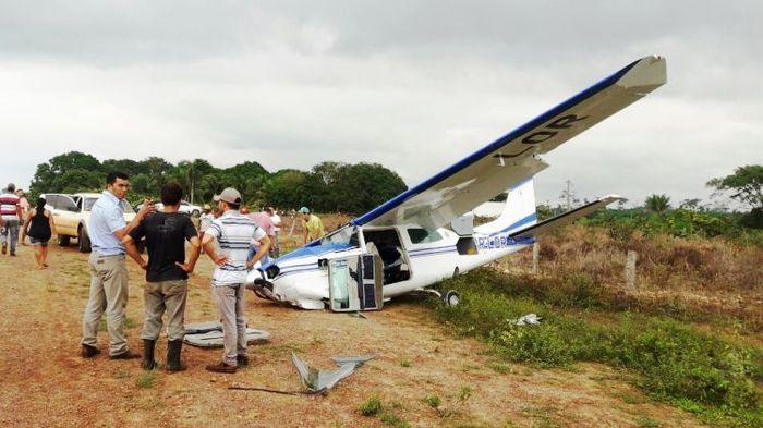 8 декабря в Бразилии, самолёт Cessna 210R столкнулся с линией электропередач при посадке. Авиация, самолет, столкновение, видео, длиннопост