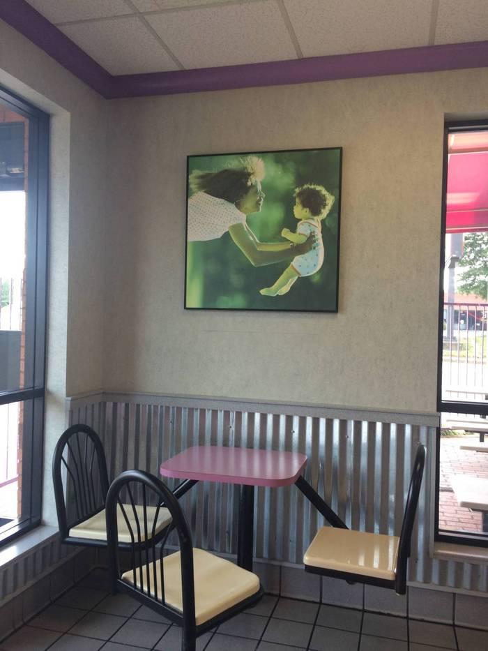 Кажется, эту картину в Макдональдсе повесили неправильно reddit, McDonalds, Mortal kombat, гифка