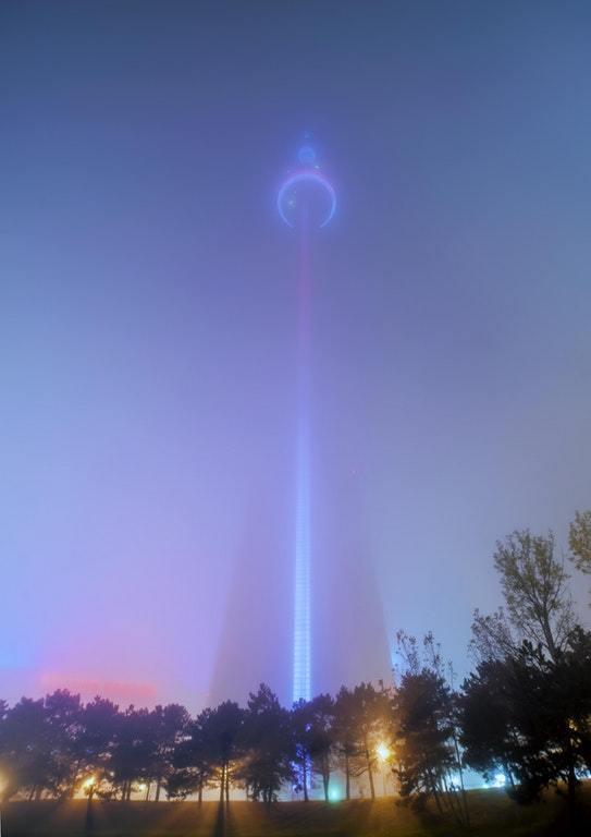 Башня Си-Эн Тауэр в тумане