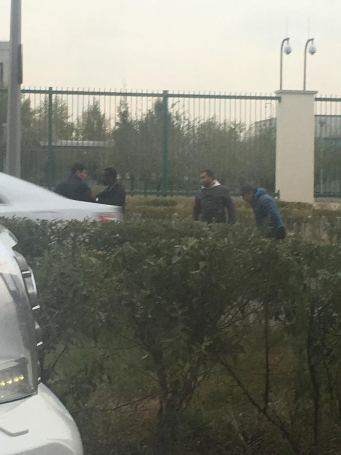 Астана, чернокожий разнимает конфликтующих на дороге казахов... Дорога, Драка, Негр, Что этот ниггер себе позволяет, Казахи