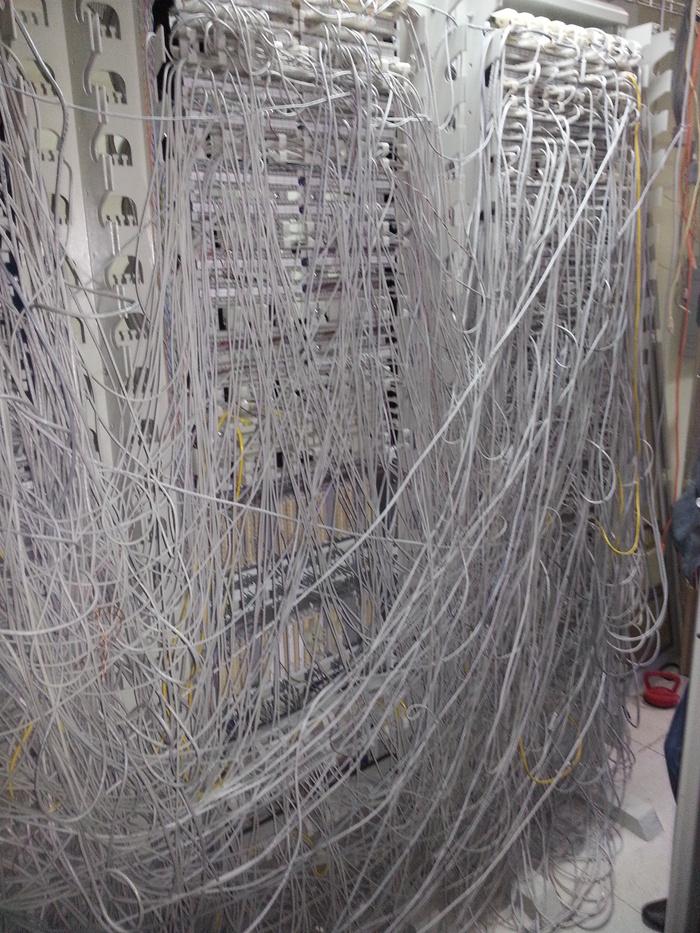 Как не надо планировать кросс в аппаратном зале (Серверной). IT, Серверная, Кросс, Длиннопост