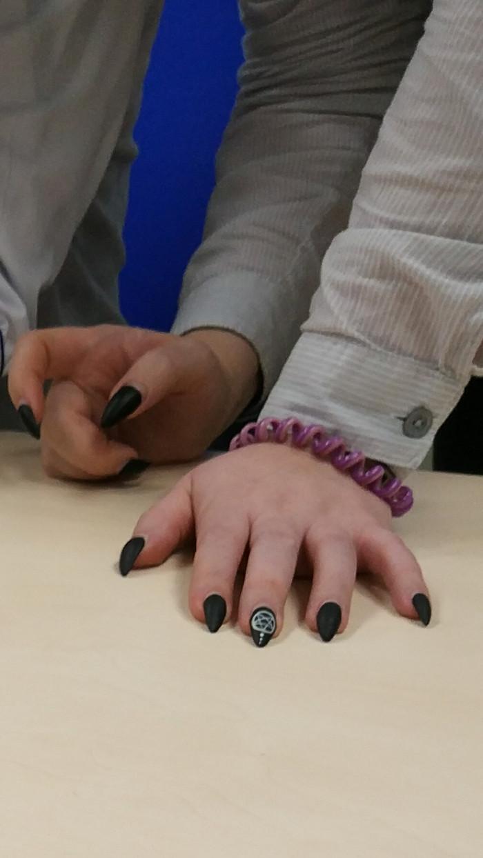 Маникюр у девушки в регистратуре поликлиники