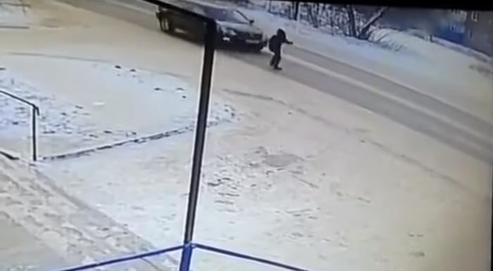 Парень после ссоры с девушкой бросился под авто в Усть-Каменогорске Казахстан, Усть-Каменогорск, Видео, Новости