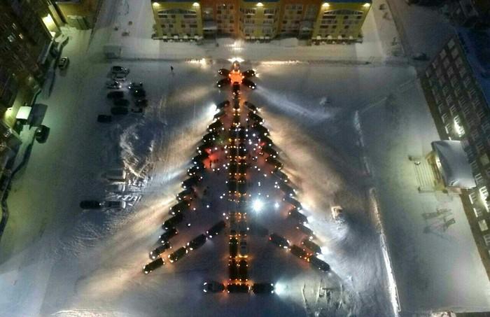 Разочарованные почти не украшенным к нг городом норильчане пытаются поднять новогоднее настроение. Частично моё, Ёлка