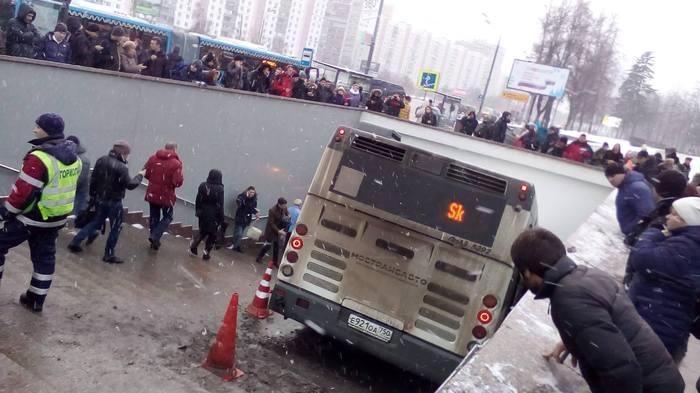 """В Москве у метро """"Славянский бульвар"""" автобус въехал в подземный переход,есть погибшие Авария, ДТП, Автобус, Москва, Переход, Славянский бульвар"""