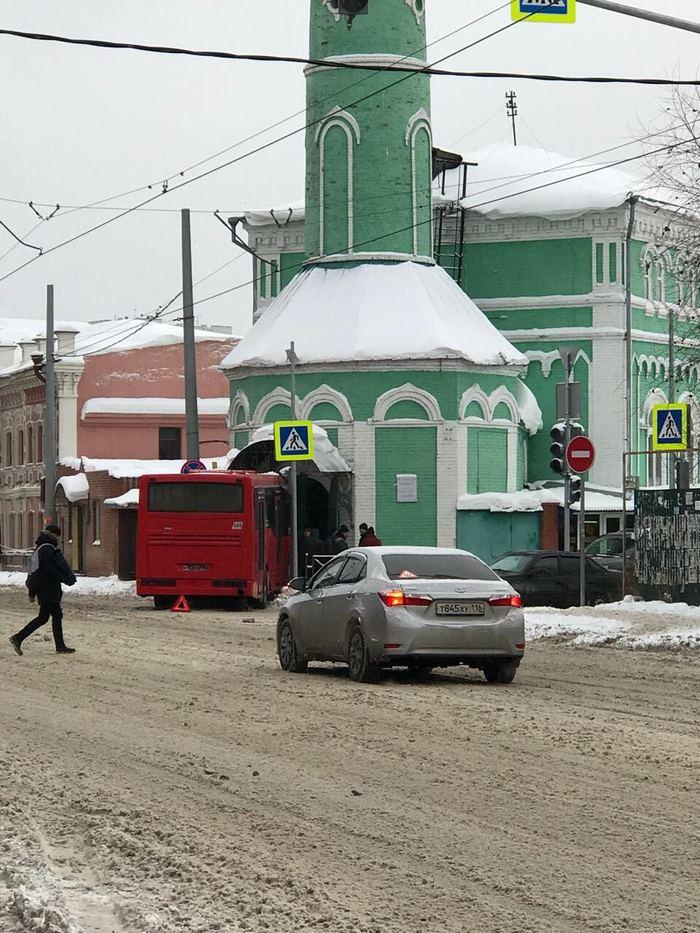 Автобус въехал в мечеть в Казани