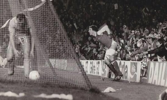 Игрок Арсенала Сэмми Нелсон празднует гол